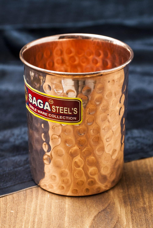 インドの鎚目付き銅装飾コップ【高さ:9cm×直径:7.5cm】 6 - 光の加減で表情が変わるのも面白いですよ!