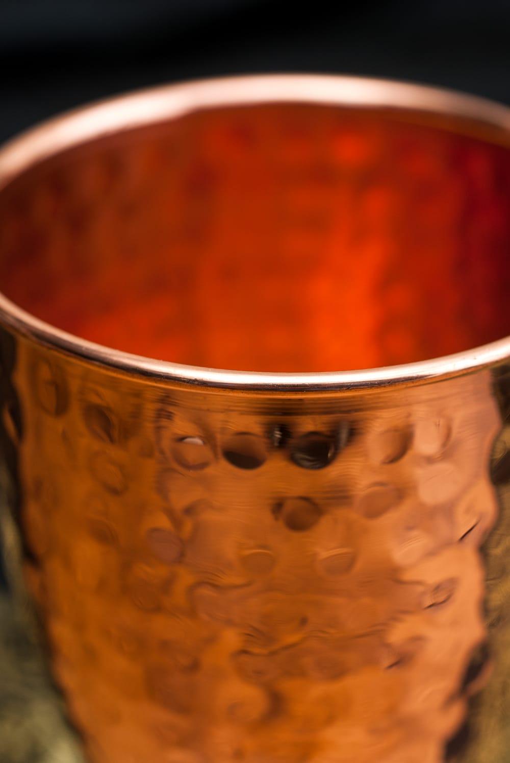 インドの鎚目付き銅装飾コップ【高さ:11.5cm×直径:8.5cm】 2 - 飲み口の部分は丸め加工がなされています。