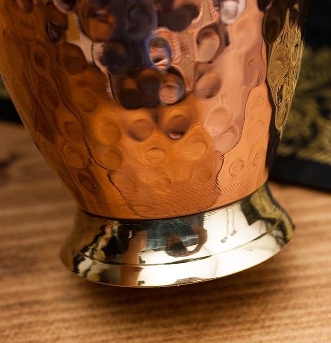 インドの鎚目付き銅装飾コップ【高さ:11.5cm×直径:8.5cm】 3 - 底側の様子です。