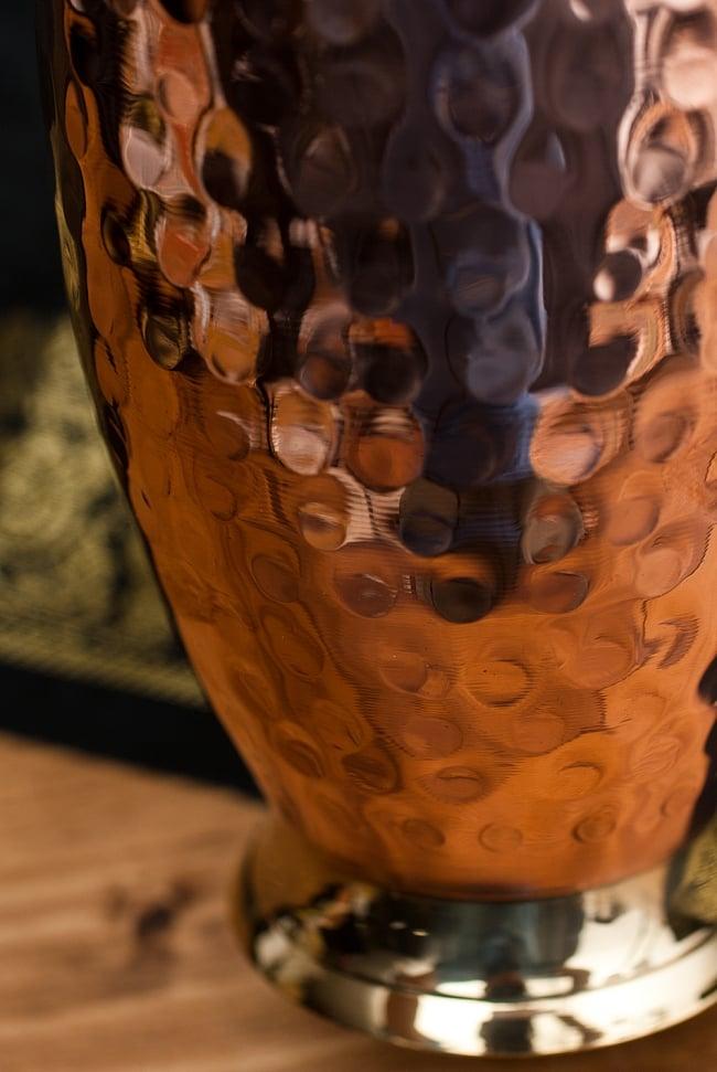 インドの鎚目付き銅装飾コップ【高さ:11.5cm×直径:8.5cm】 4 - 槌目仕上げが複雑に反射して美しいです。