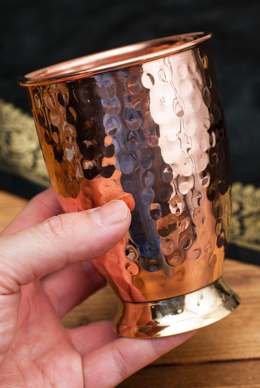 インドの鎚目付き銅装飾コップ【高さ:11.5cm×直径:8.5cm】 6 - 手に取るとこれくらいの大きさです。