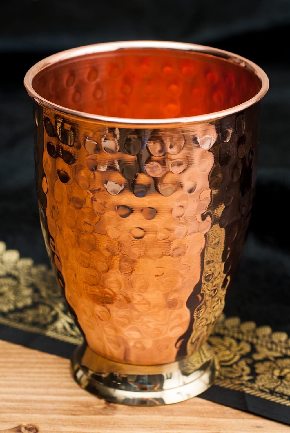 インドの鎚目付き銅装飾コップ【高さ:11.5cm×直径:8.5cm】の写真