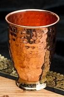 インドとアジアの食品・食材のセール品:[特別日替わりセール品]インドの鎚目付き銅装飾コップ【高さ:11.5cm×直径:8.5cm】