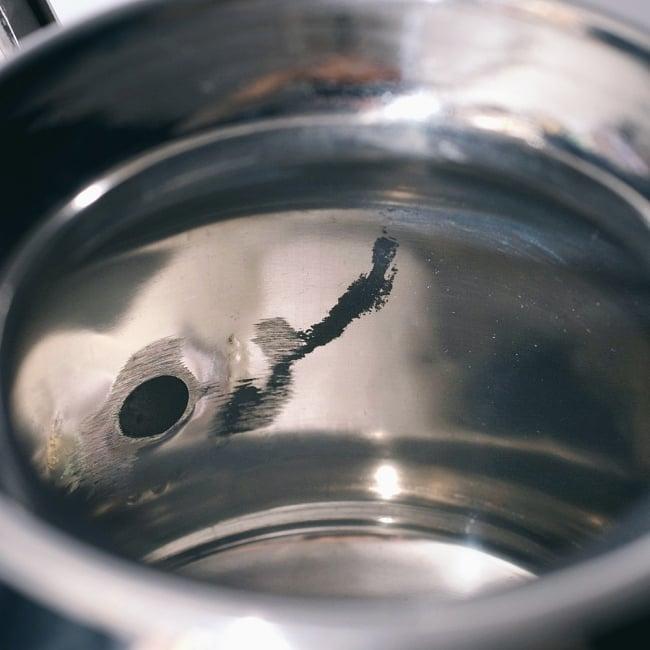 ステンレスのネティポット(鼻水差し)[ 直径:約10cm 高さ:10.2cm] 10 - 内部注ぎ口との接合部は、研磨跡が残っております。また、周囲にある黒い部分はインドのステンレス製品で一般的な研磨剤です。擦れば落ちるので、そちらを落としてからご使用くださいませ。