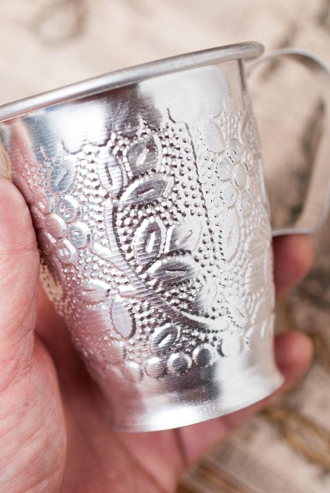 インド伝統唐草エンボスのアルミコップ【高さ:10cm程度】の写真3 - 側面にはインドの伝統的な唐草模様がエンボス加工されています。