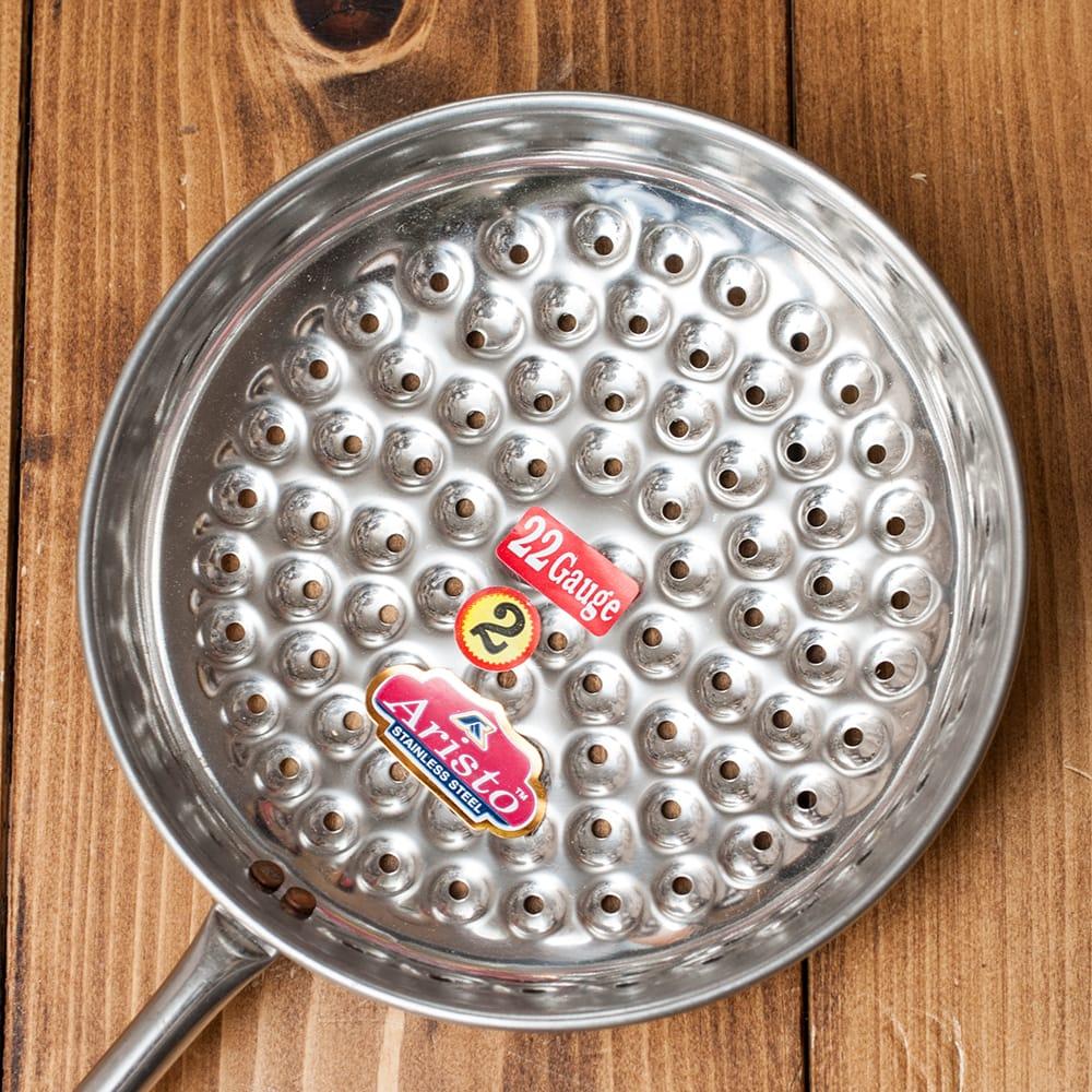 インドのマサラ揚げ玉 ブーンディ・メーカー 3 - お玉の面にひよこ豆を溶いた生地を流すといい具合にぽたぽたと揚げ油に落ちていきます。