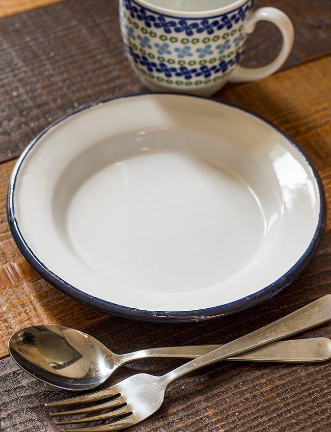 印度琺瑯 アンティーク調のホーロー エッグプレート - 19cmの写真2 - レトロテイストで日々の生活に彩りを。金属の軽さ・丈夫さにガラス質の滑らかさが加わって、熱や匂い移りに強いお皿です。