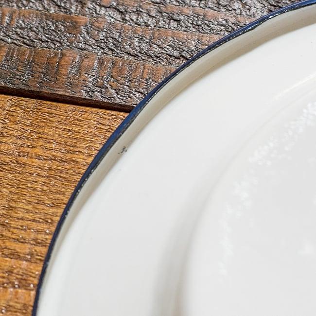 印度琺瑯 アンティーク調のホーロー エッグプレート - 19cmの写真6 - 裏面のふちの様子です。