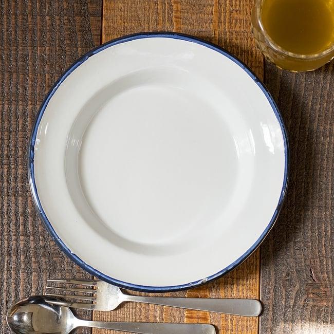 印度琺瑯 アンティーク調のホーロー スーププレート - 22cm 2 - レトロテイストで日々の生活に彩りを。金属の軽さ・丈夫さにガラス質の滑らかさが加わって、熱や匂い移りに強いお皿です。