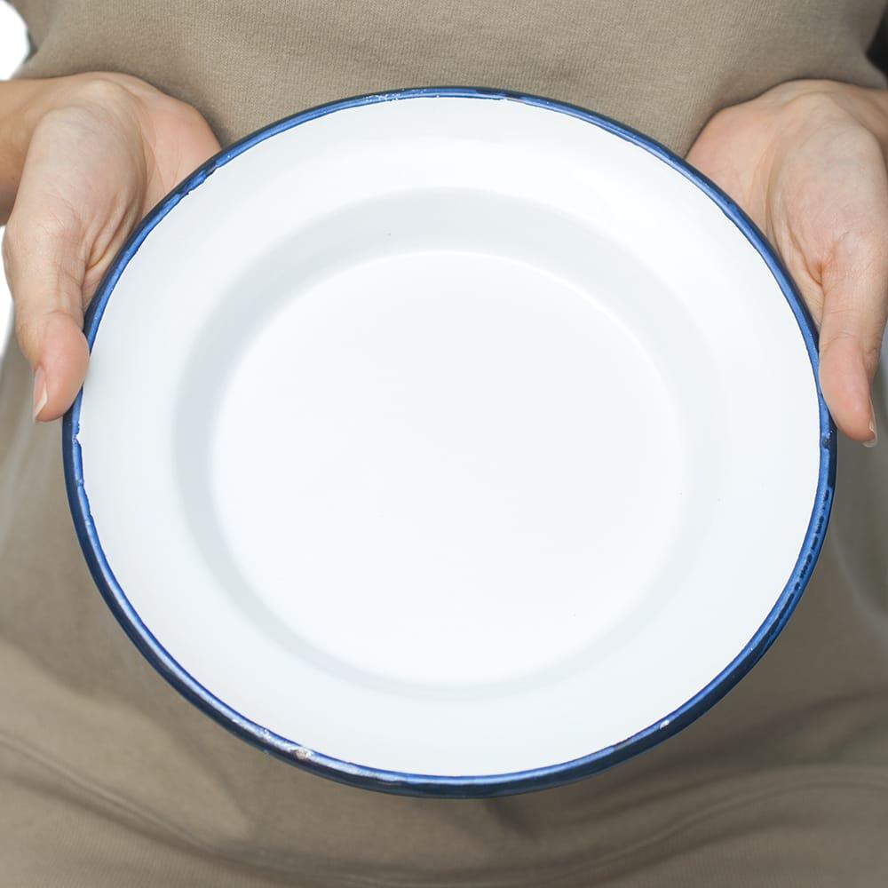 印度琺瑯 アンティーク調のホーロー スーププレート - 22cm 7 - 手にとって見るとこれくらいのサイズ感になります。