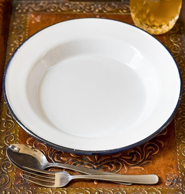 印度琺瑯 アンティーク調のホーロー パスタプレート - 26cmの写真2 - レトロテイストで日々の生活に彩りを。金属の軽さ・丈夫さにガラス質の滑らかさが加わって、熱や匂い移りに強いお皿です。