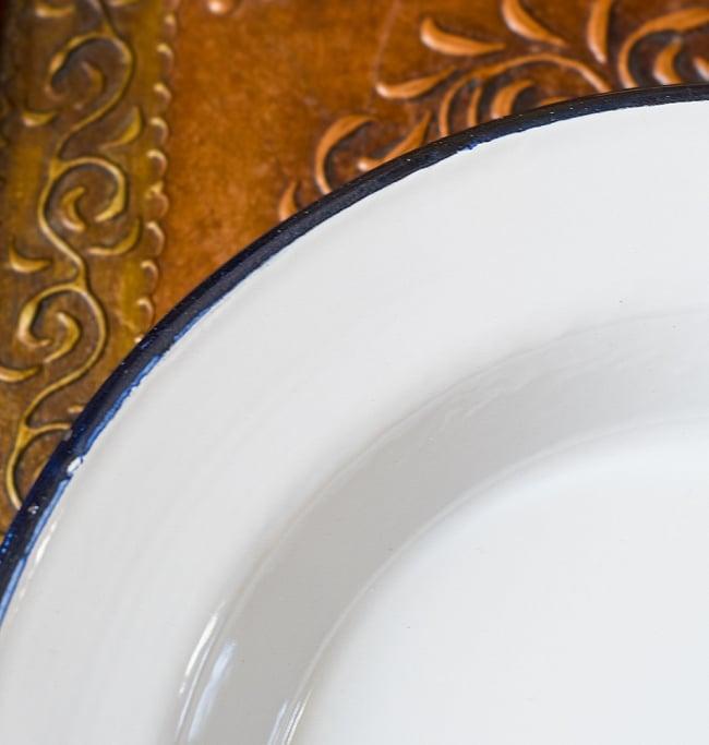 印度琺瑯 アンティーク調のホーロー パスタプレート - 26cmの写真3 - インドで作られているので、塗装にムラやカケがあります。ハンディクラフトの特性の味わいがあります。