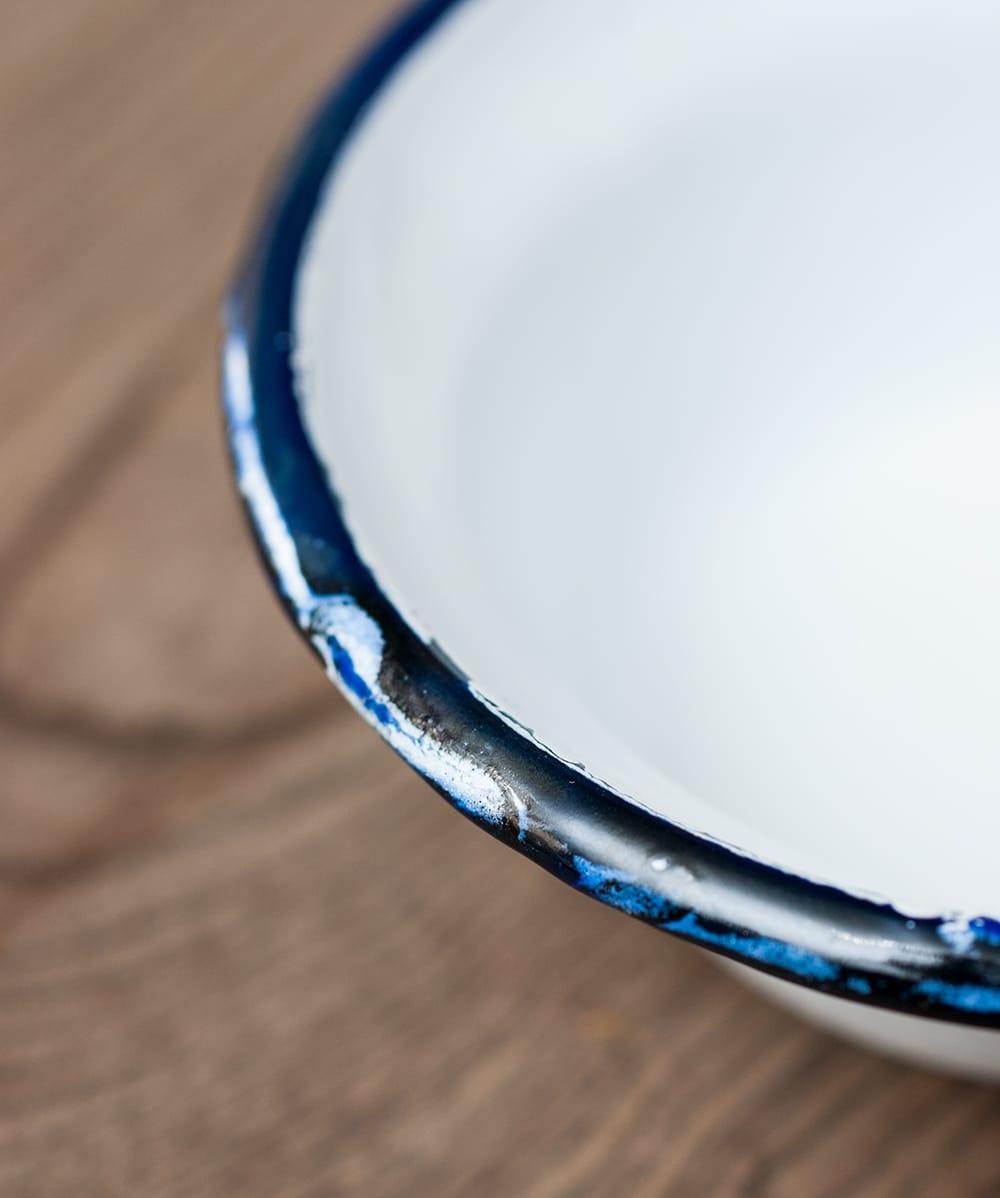 印度琺瑯 アンティーク調のホーロー 多目的ボウル - 外径12cm程度 5 - ふちの部分をみてみました。インド製のため、塗りの甘さやカケがあったりして、味わい深くなっております。
