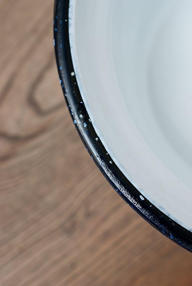 印度琺瑯 アンティーク調のホーロー 多目的ボウル - 外径24.5cm程度 5 - ふちの部分をみてみました。インド製のため、塗りの甘さやカケがあったりして、味わい深くなっております。