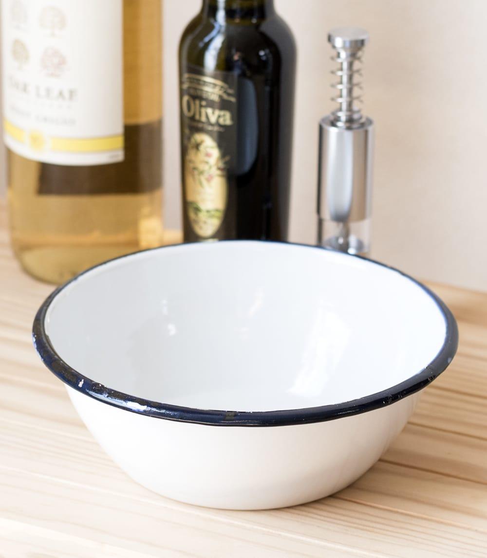 印度琺瑯 アンティーク調のホーロー サラダボウル - 17.5cm 2 - レトロテイストで日々の生活に彩りを。金属の軽さ・丈夫さにガラス質の滑らかさが加わって、熱や匂い移りに強いお皿です。
