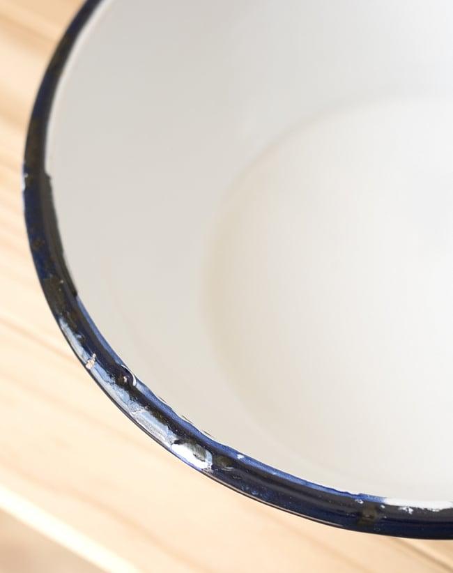 印度琺瑯 アンティーク調のホーロー サラダボウル - 18cm 3 - インドで作られているので、塗装にムラやカケがあります。ハンディクラフトの特性の味わいがあります。