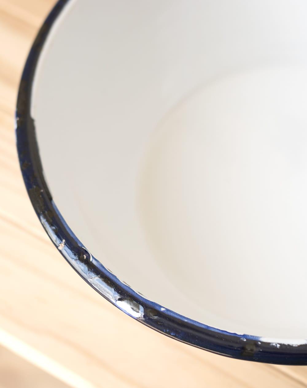 印度琺瑯 アンティーク調のホーロー サラダボウル - 17.5cm 3 - インドで作られているので、塗装にムラやカケがあります。ハンディクラフトの特性の味わいがあります。