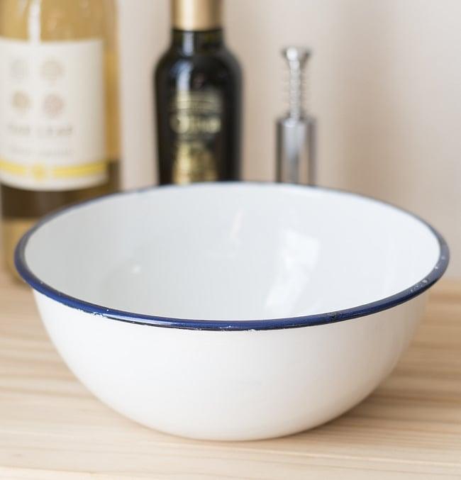 印度琺瑯 アンティーク調のホーロー 大人数用サラダボウル - 22cmの写真2 - レトロテイストで日々の生活に彩りを。金属の軽さ・丈夫さにガラス質の滑らかさが加わって、熱や匂い移りに強いお皿です。