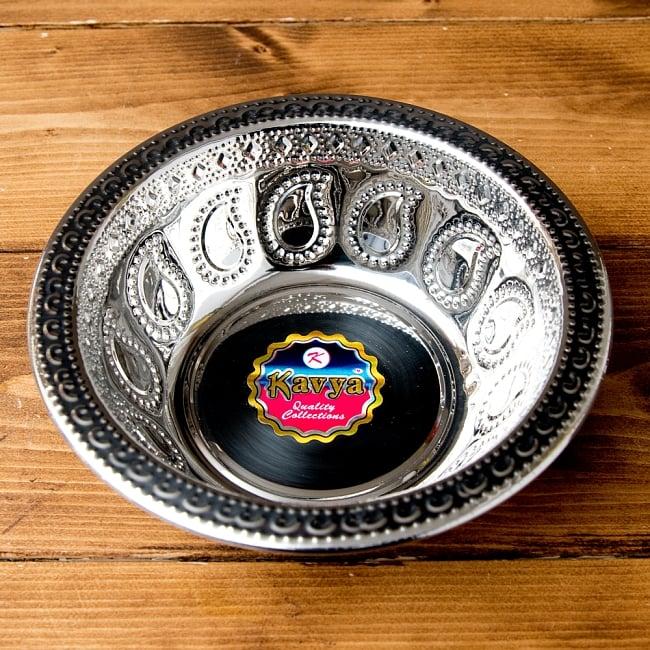 ペイズリーエンボスのアルミ皿 ボウル【直径:19.5cm】の写真2 - きらびやかな紋様が美しいですね。