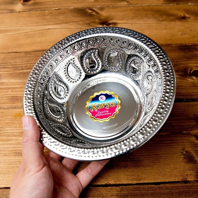 ペイズリーエンボスのアルミ皿 ボウル【直径:19.5cm】 6 - このくらいのサイズ感になります