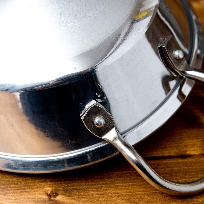 インドの食器&鍋 アルミニウム カダイ 【直径22cm】の写真6 - サイズを感じていただく為、手に持ってみたところです。