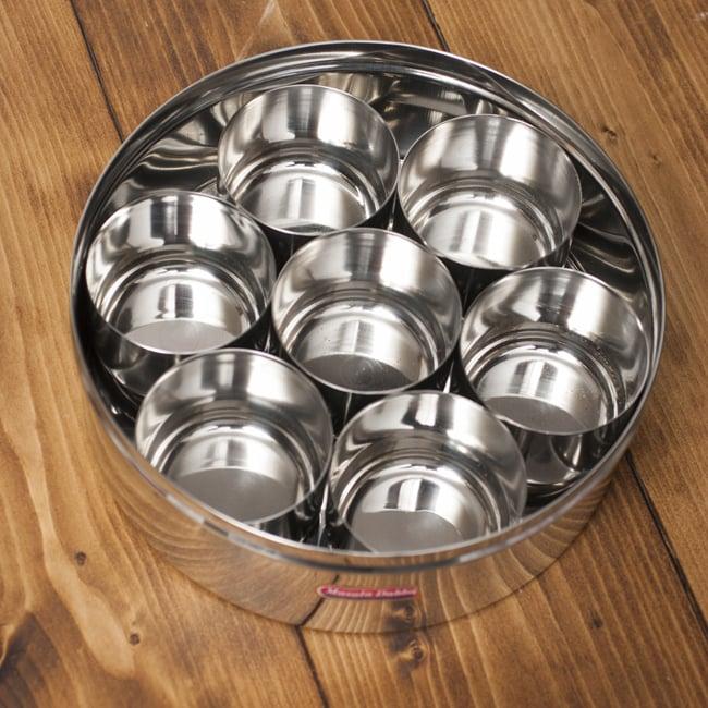 中ぶた付き 円形スパイスボックス[21cm] 5 - つややかなステンレスが用いられています。