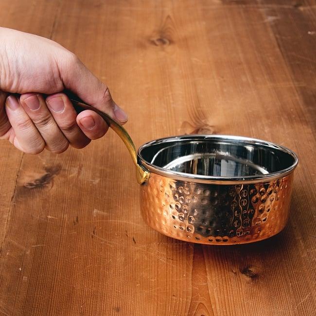 槌目付き 銅装飾のロイヤルソースパン(12.8cm×5.4cm) 10 - このくらいのサイズ感になります