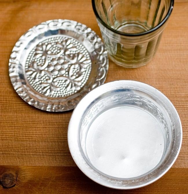 インド伝統唐草エンボスのアルミソーサーとコースターセット【直径:7.5〜8cm】 2 - 現地では熱々のチャイをソーサーとチャイカップに注ぎ合うことで冷ましながら賞味します。