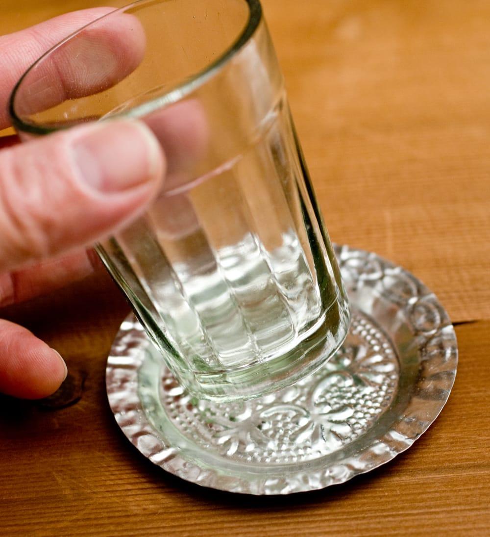 インド伝統唐草エンボスのアルミソーサーとコースターセット【直径:7.5〜8cm】 3 - ガラスのチャイカップ等と合わせてお楽しみください。