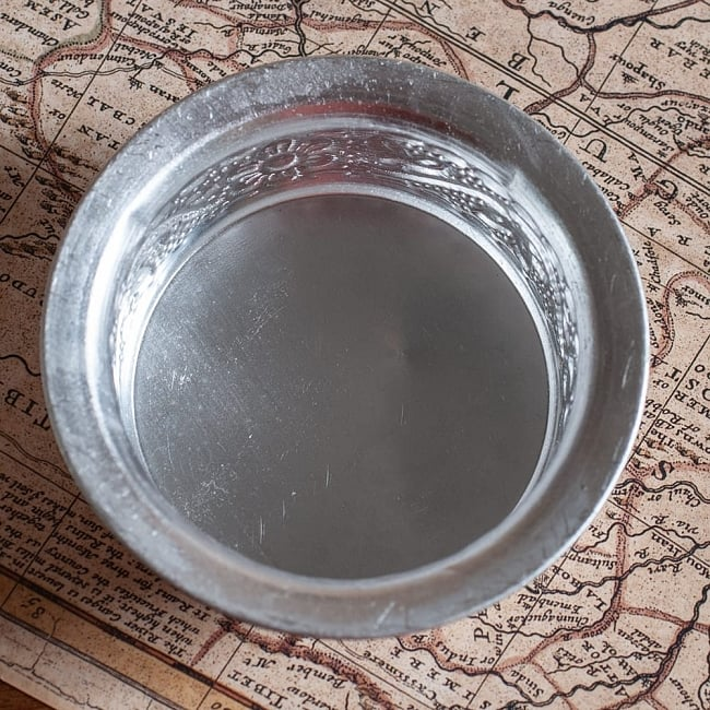 インド伝統唐草エンボスのアルミソーサーとコースターセット【直径:7.5〜8cm】 4 - 真上から見てみました。