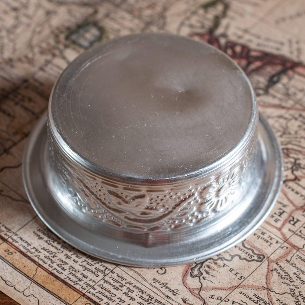 インド伝統唐草エンボスのアルミソーサーとコースターセット【直径:7.5〜8cm】 6 - 底面の様子です。