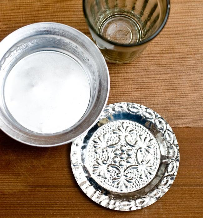 インド伝統唐草エンボスのアルミソーサーとコースターセット【直径:8.5〜9cm】 2 - 現地では熱々のチャイをソーサーとチャイカップに注ぎ合うことで冷ましながら賞味します。