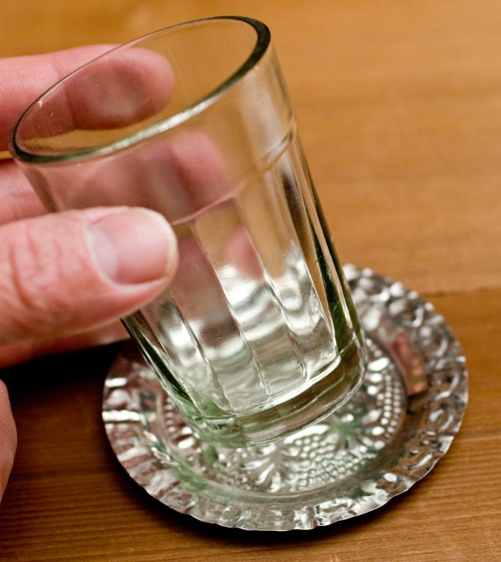 インド伝統唐草エンボスのアルミソーサーとコースターセット【直径:8.5〜9cm】 3 - ガラスのチャイカップ等と合わせてお楽しみください。
