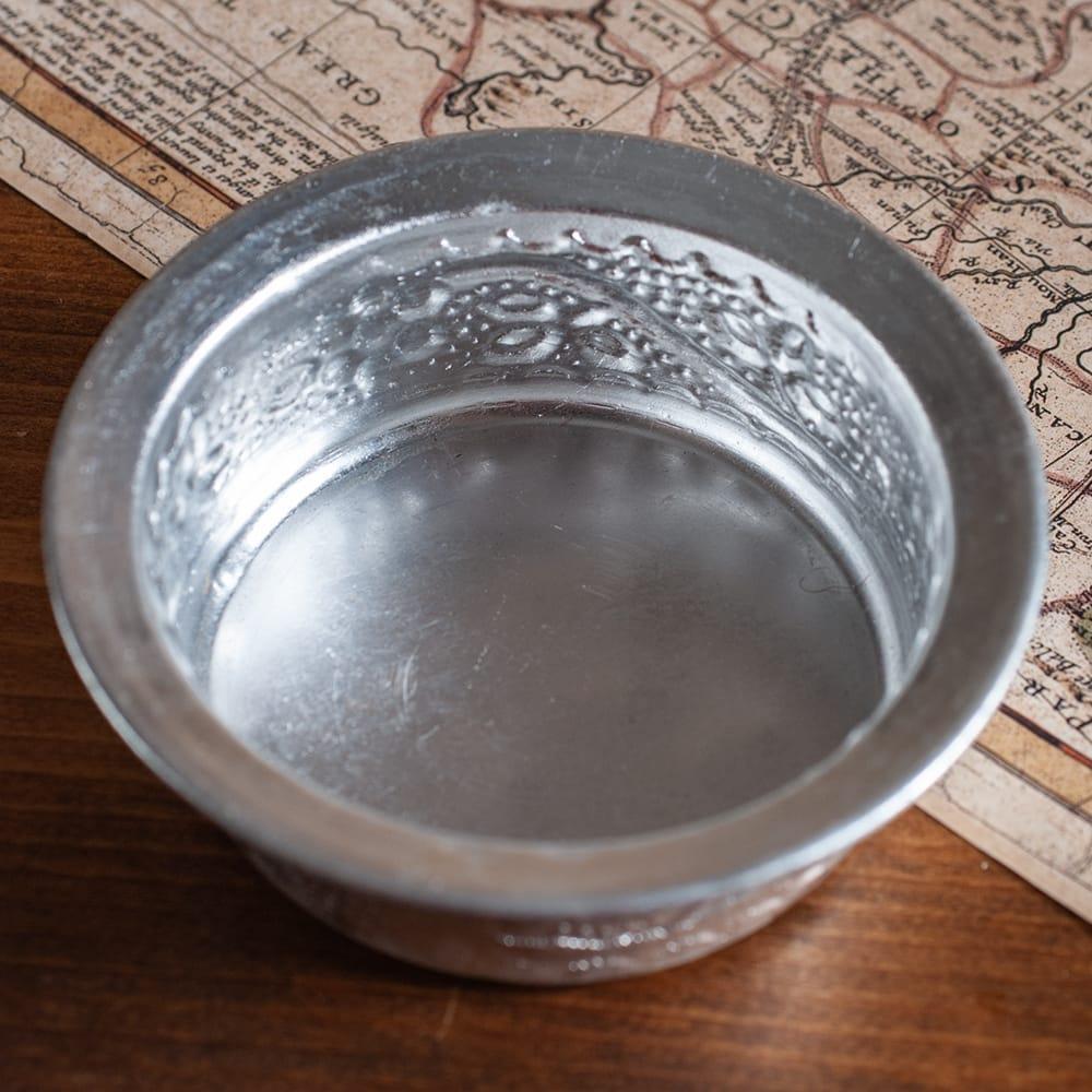 インド伝統唐草エンボスのアルミソーサーとコースターセット【直径:8.5〜9cm】 4 - 真上から見てみました。