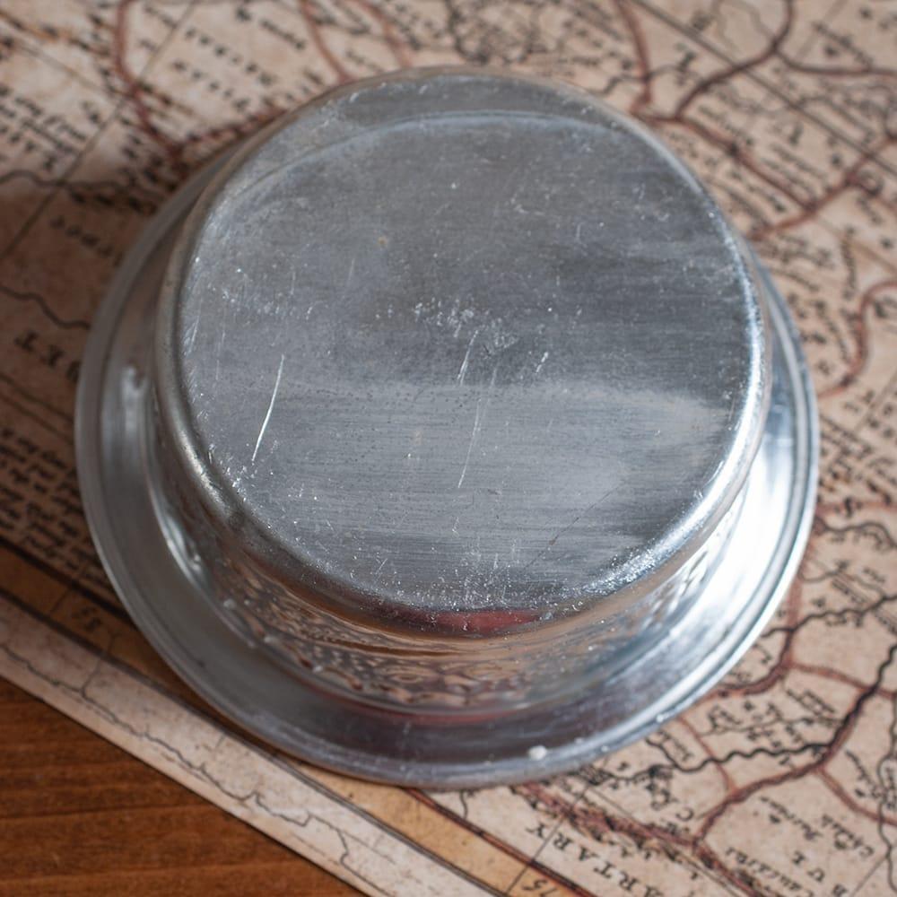 インド伝統唐草エンボスのアルミソーサーとコースターセット【直径:8.5〜9cm】 6 - 底面の様子です。