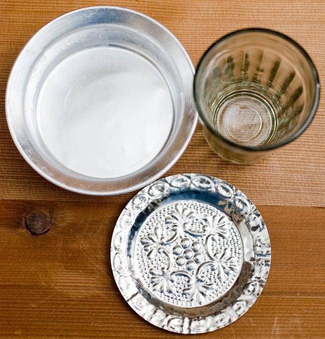インド伝統唐草エンボスのアルミソーサーとコースターセット【直径:9.5cm】 2 - 現地では熱々のチャイをソーサーとチャイカップに注ぎ合うことで冷ましながら賞味します。