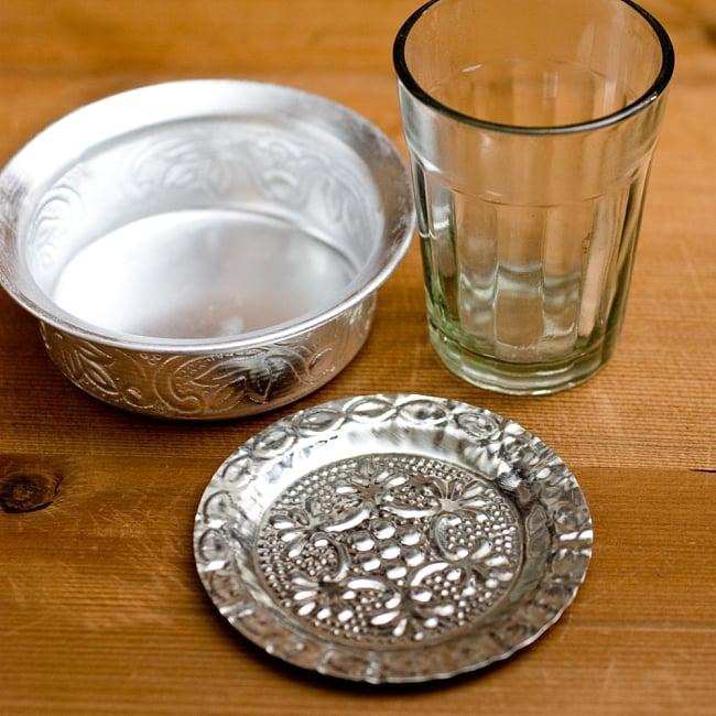インド伝統唐草エンボスのアルミソーサーとコースターセット【直径:9.5cm】の写真