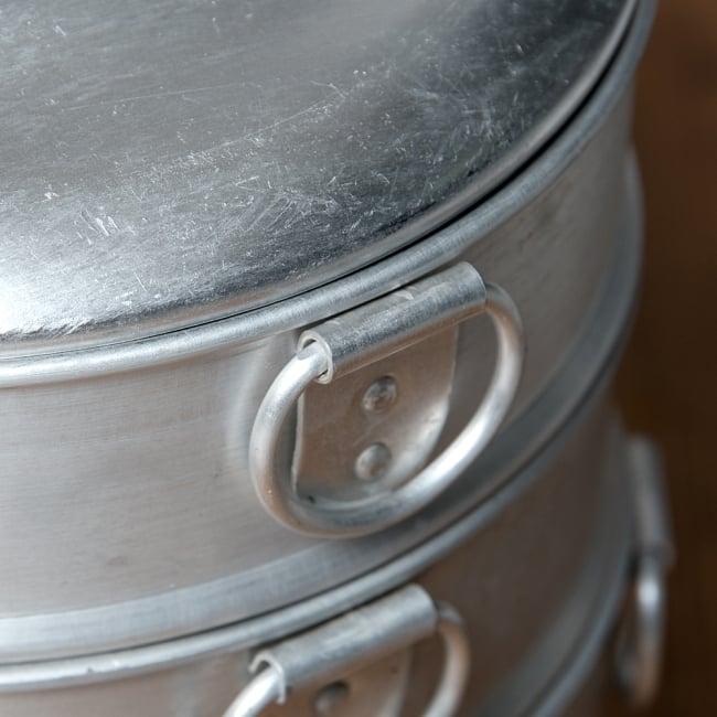 ネパールの餃子モモ用のスチーマー[20cm] 3 - 持ちてはこんな感じ