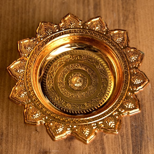 タイのお供え入れ 飾り皿 カッパーメタリック〔高さ:約5cm 直径:約9.5cm〕 2 - 上に置いた物がよく映えます。お供え用だけではなく、飾り皿として使えます。