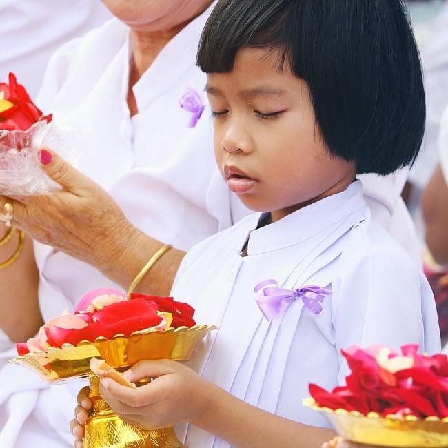 タイのお供え入れ 飾り皿 カッパーメタリック〔高さ:約5cm 直径:約9.5cm〕 7 - 類似品が現地でつかわれているところです。