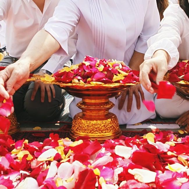タイのお供え入れ 飾り皿 カッパーメタリック〔高さ:約5cm 直径:約9.5cm〕 8 - 仏教徒が多いタイでは、お祈りのときなどに、花びらを入れたりします。
