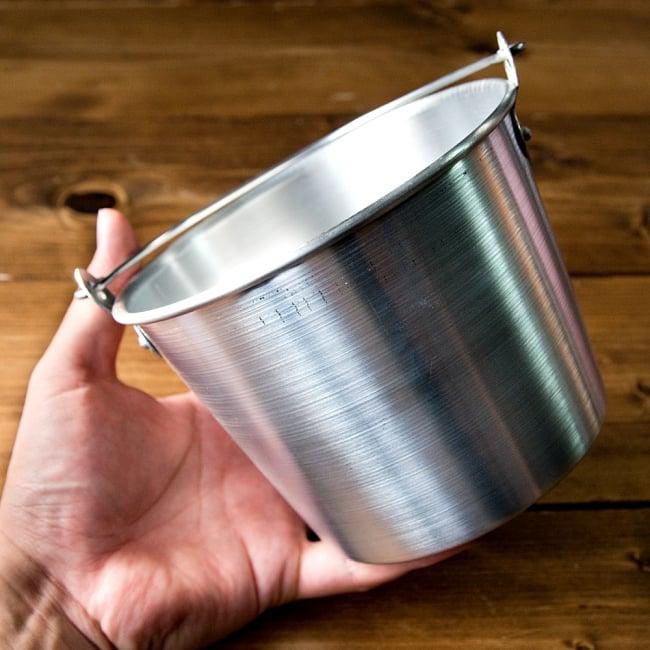軽いアルミ製 タイの屋台アイスペール[約:14.8cm 1200cc] 7 - このくらいのサイズ感になります
