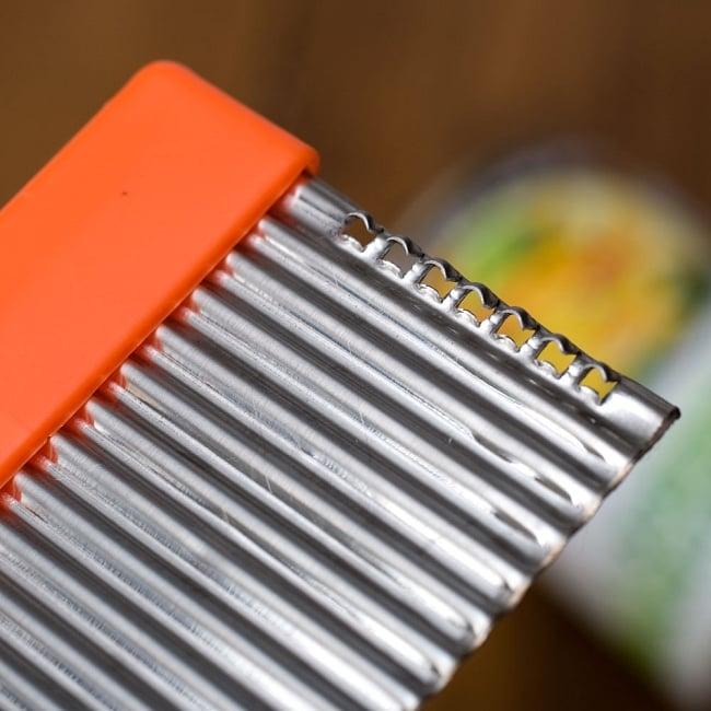 色彩豊かなタイの細切りスライサー付きジグザグカッター 3 - 端っこには野菜を糸状にする千切りスライサーも付属