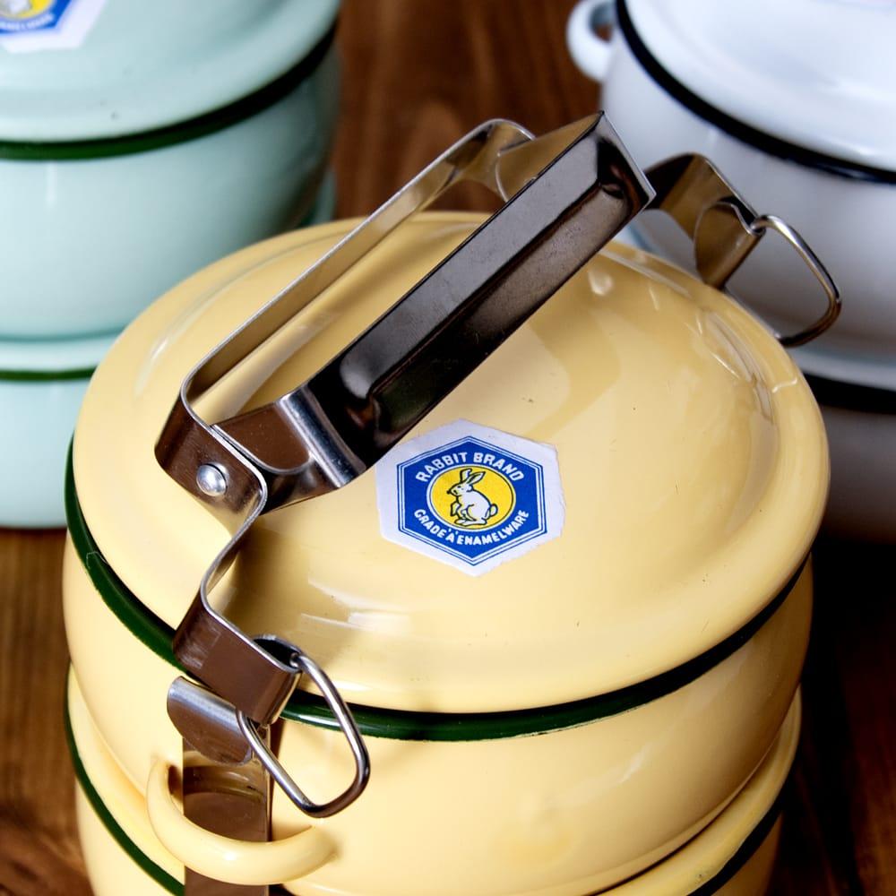 〔2段〕RABBIT BRAND タイのレトロホーローお弁当箱〔約17cm×約13.2cm〕 9 - あとは簡単に外れてお弁当箱の中をひらけるようになります
