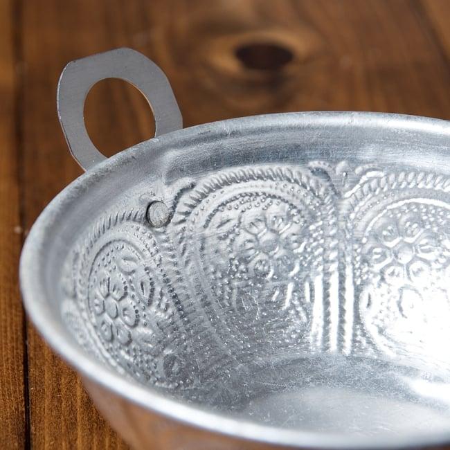 インド伝統唐草エンボス カダイ風取っ手付きアルミボウル【直径:約14cm】 4 - このちょっとした取っ手が地味に便利です