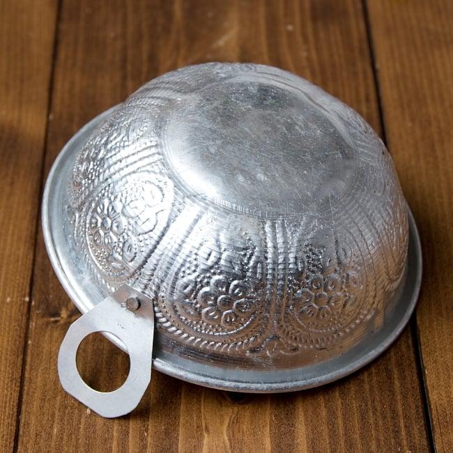 インド伝統唐草エンボス カダイ風取っ手付きアルミボウル【直径:約14cm】 6 - 裏面です