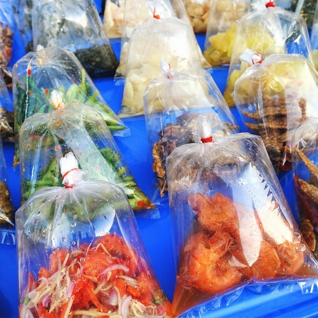 フードトランスポーター タイ料理の惣菜を袋詰めする 大口じょうご・ロート 9 - このように、ビニール袋に食材を入れて販売している、タイの文化ならではの商品です。