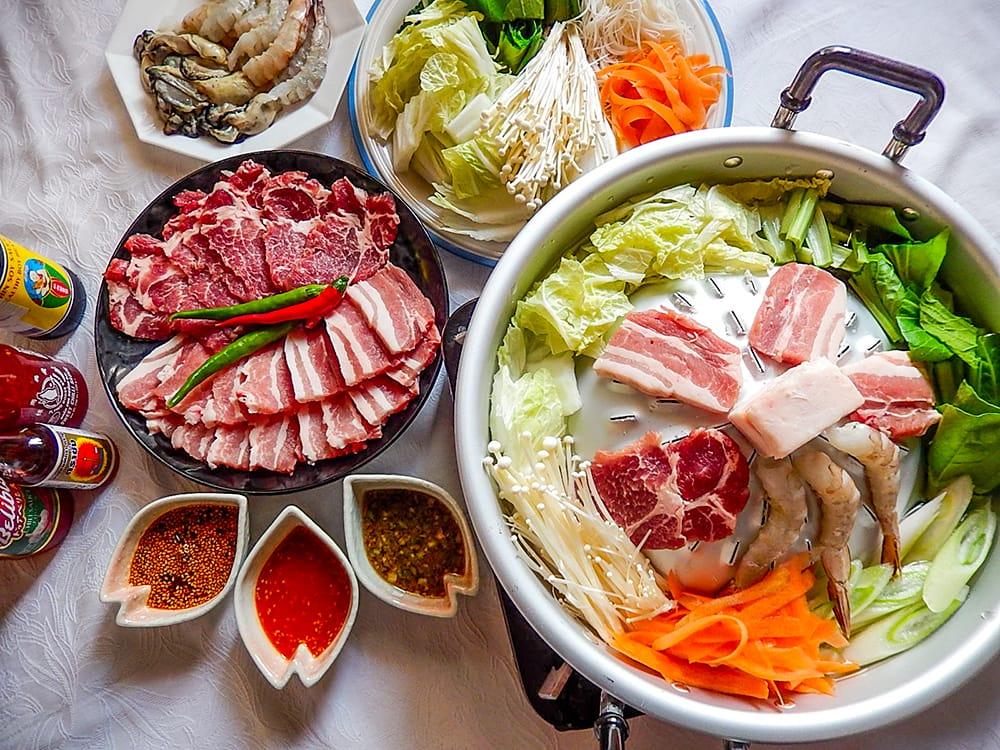 [30cm]ムーガタ - タイの焼き肉しゃぶしゃぶ鍋 2 - たっぷりの野菜とお肉、海鮮などとお楽しみください。