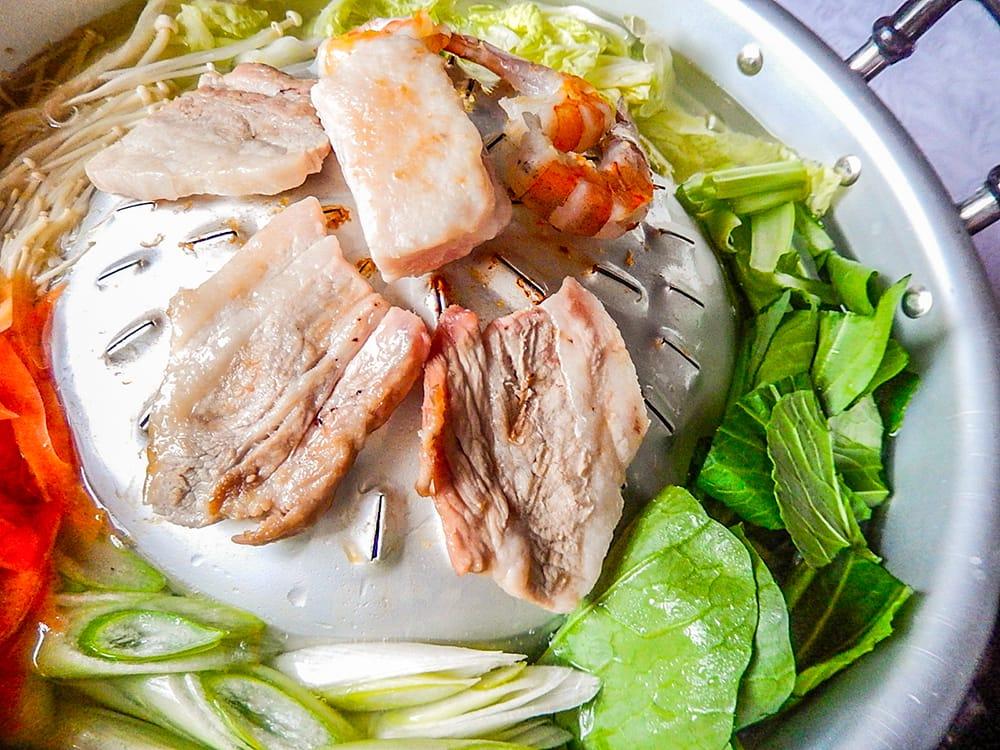 [30cm]ムーガタ - タイの焼き肉しゃぶしゃぶ鍋 3 - ヘリの部分に張ったスープが肉汁と合わさって旨さ倍増!