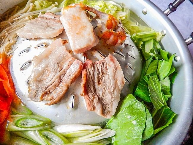 [35cm]ムーガタ - タイの焼き肉しゃぶしゃぶ鍋 3 - ヘリの部分に張ったスープが肉汁と合わさって旨さ倍増!